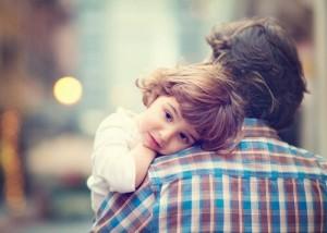Niño-cogido-en-brazos-por-su-padre
